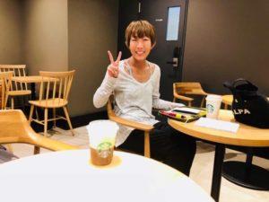 Starbucks(スターバックス)でヨガインストラクターaya.が笑顔でピースしている写真