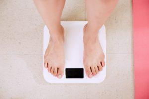 体重計に乗っている写真