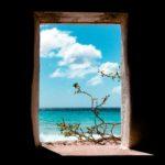 窓の外の青い空と海