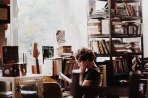 本を読んでる女の子