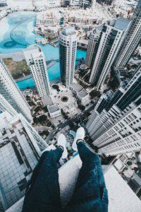 高層ビル群の屋上に座っている写真