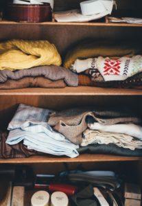 棚にしまわれた洋服