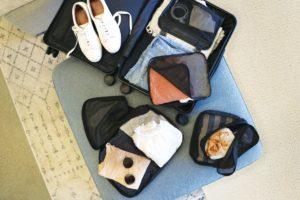 化粧ポーチや靴などの画像