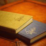 黄色と黒の本の画像