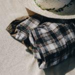 黒チェックのネルシャツと帽子の画像