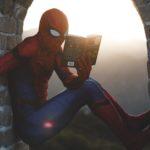 スパイダーマンが本を読んでいる画像