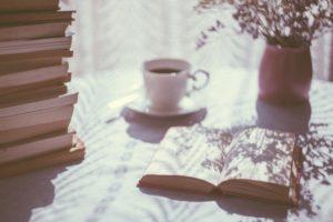 コーヒーと本がテーブルにのっている画像