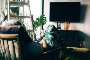 テレビを見ている画像