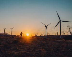 夕日と風車の画像