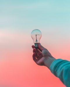 電球を持っている人の手の写真