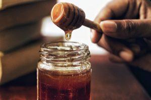瓶から蜂蜜を絡めとってる写真