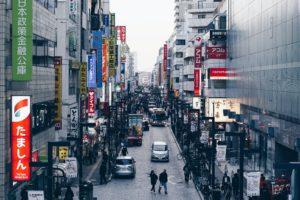 都会の店がひしめき合った街の風景の写真