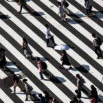 スクランブル交差点を歩く人々