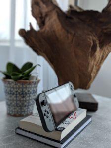 本の上にニンテンドールスイッチが乗っている写真