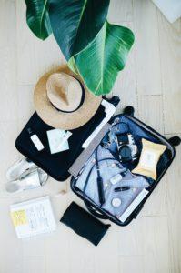 キャリーケースに旅行の荷物が詰められた写真