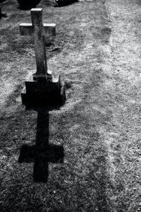 十字架が立てられたお墓の写真