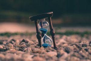 河原に置かれた砂時計の写真