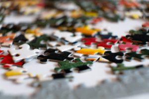 色とりどりのパズルのピースの写真