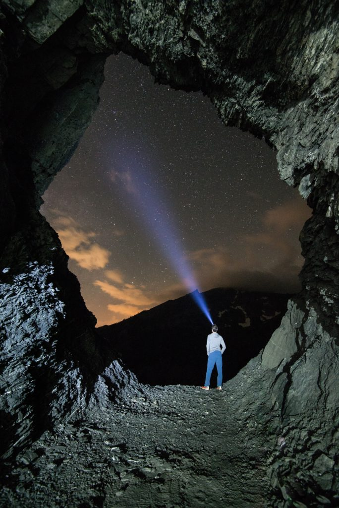 空から光が地上にいる人間に向けて降り注いでいる写真