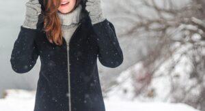 雪の中で立っている女性の写真