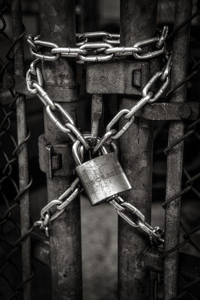 鎖に南京錠がかけられた写真