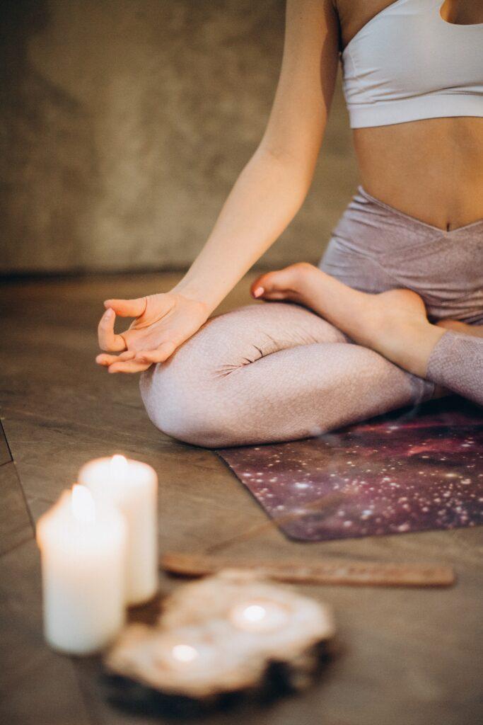 ヨガで瞑想している写真