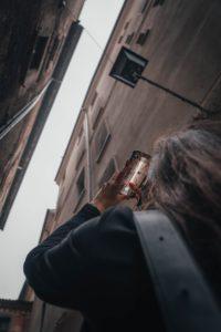 ビルの間から空の写真を撮っている人の写真