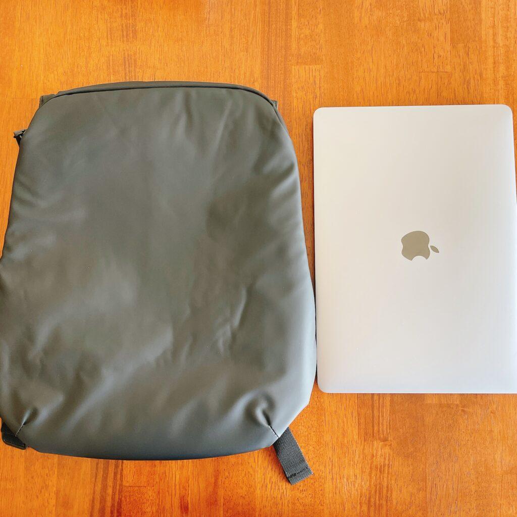 MacBook Airと薄いリュック