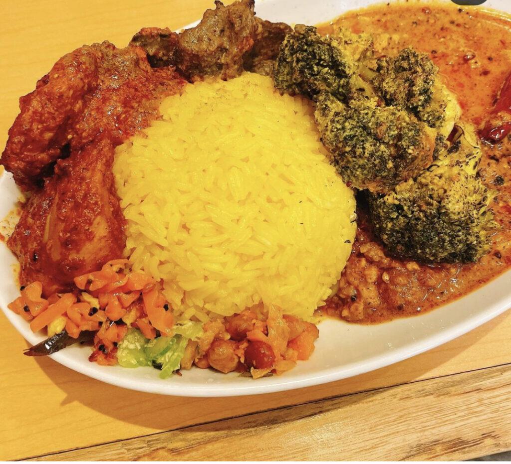 マサラキッチンのダヒキーマカレにタンドリーチキンとブロッコリーのヨーグルトサブジをトッピングした写真