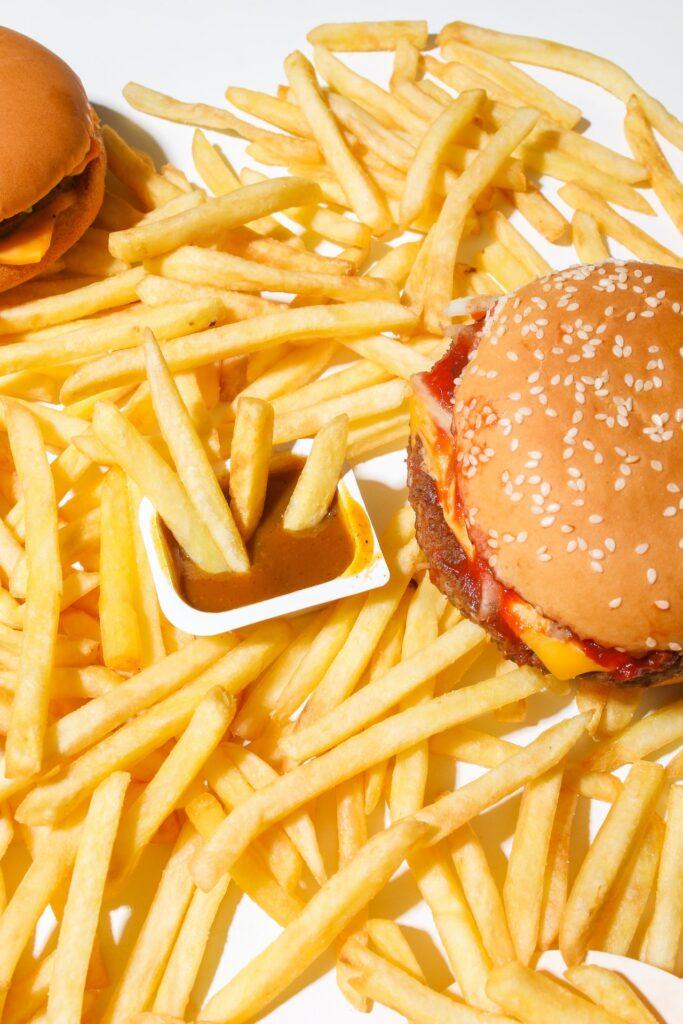 マクドナルドのハンバーガーとポテトとナゲットソース