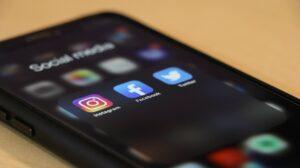 スマホのホーム画面のInstagram、Facebook、Twitterのアプリ