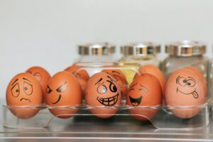 卵の殻に色々な表情が描かれている様子