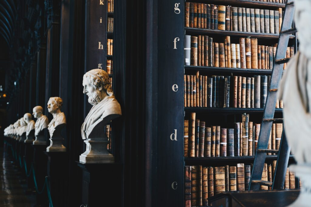 たくさんの本と哲学者の石膏像