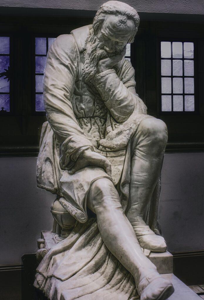 深く考え込んでいる哲学者っぽい人の石像