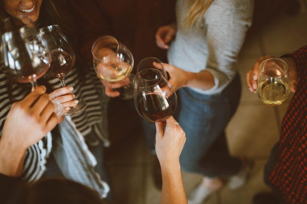 女性が数人でワイングラスで乾杯している