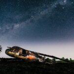 星が出ている夜空 飛行機が大地に横たわっている